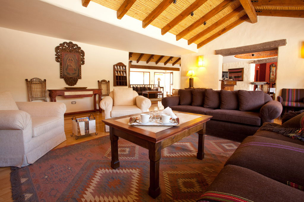 Diseño artesanal de la sala de estar del Hotel Marqués de Tojo en Jujuy, Argentina